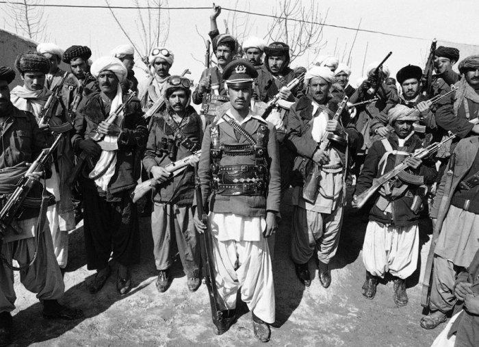 Члены нерегулярных вооружённых формирований, мотивированные исламской идеологией, организованных в единую повстанческую силу в период гражданской войны. Герат, Афганистан, 28 февраля 1980 года.