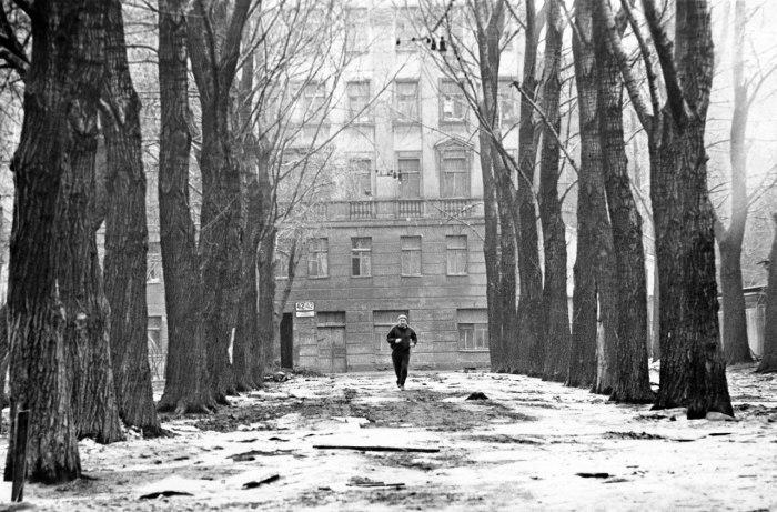 Утренний бегун на Обводном. СССР, Ленинград, 1970-е годы.