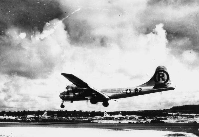 Американский бомбардировщик В-29 «Энола Гэй» совершает посадку после возвращения с атомной бомбардировки Хиросимы.