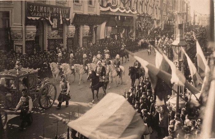 Коронационный кортеж проходит по Тверской улице в день торжественного въезда императора в Москву.