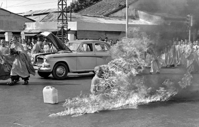 Буддийский монах, сжигающий себя на улице Сайгона в знак протеста против начала преследований буддистов правительством Южного Вьетнама, 11 июня 1963 года.