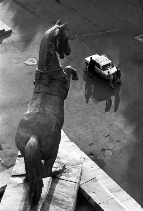 Скульптура коня на крыше Центрального московского ипподрома в 1990 году.
