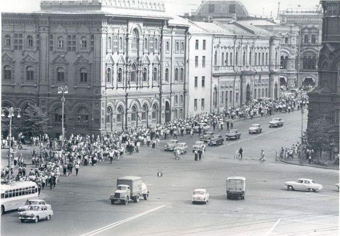 Оживленный проспект. СССР, Москва, 1962 год.