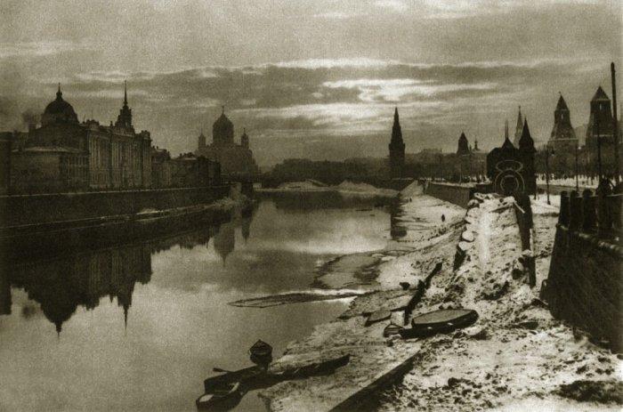 Вид на Москву-реку, Кремль и Храм Христа Спасителя. Россия, Москва, 1921 год.