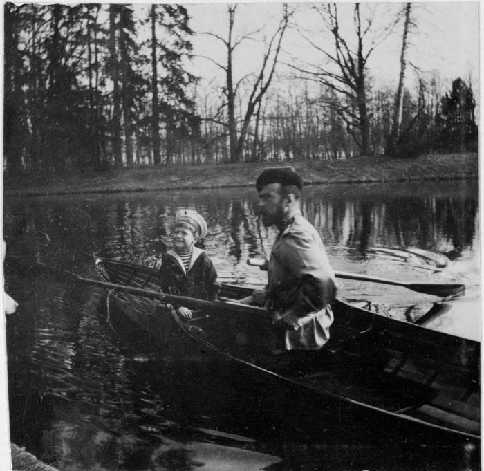 Николай II и его сын цесаревич Алексей под Петербургом.