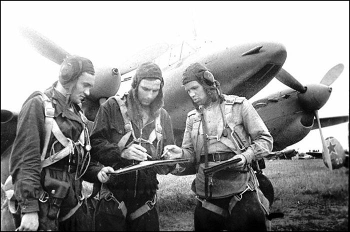 Экипаж командира звена М.Хазова перед вылетом на аэродроме. 2-й Дальневосточный фронт, 1945 год.
