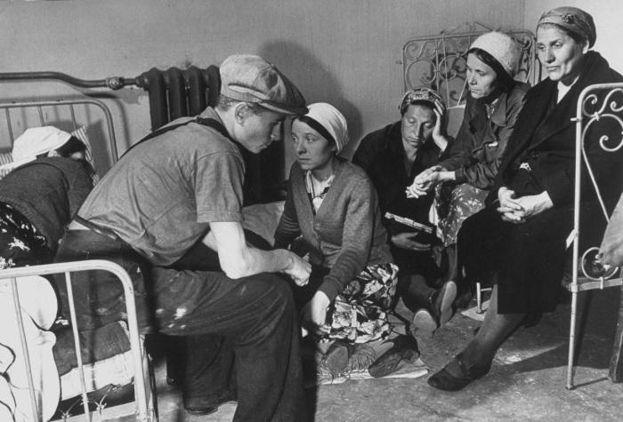 Рабочие находящиеся в бомбоубежище во время бомбардировки Москвы. СССР, 1941 год.