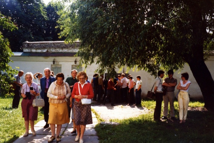 Очередь у автоматов с газировкой в Софийском заповеднике. СССР, Киев, 1985 год.