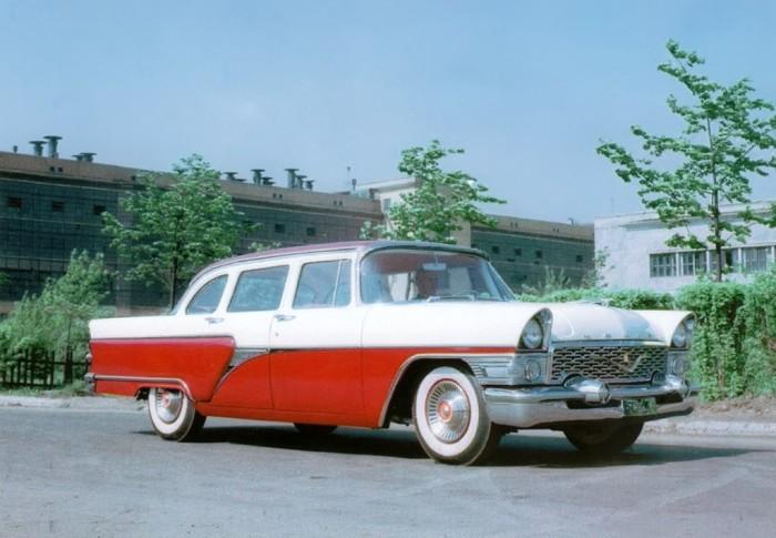 Советский представительский легковой автомобиль ГАЗ-13 «Чайка» в 1957 году.