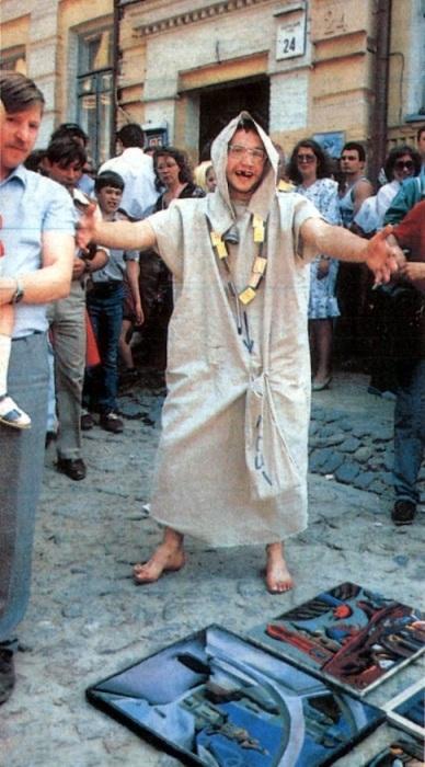 Уличный артист удивил зрителей необычным номером. СССР, Киев, 1989 год.