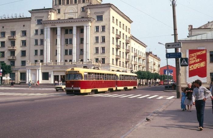В Смоленске трамвай в 1980-е годы ходил по центральной улице Советской.