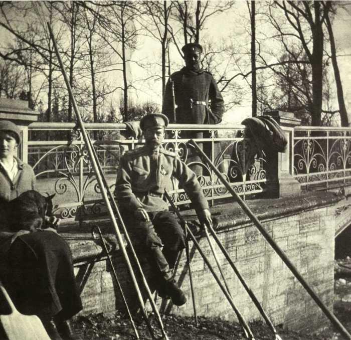 Николай II и его дочь Татьяна у моста в Александровском парке. Царское Село, май 1917 года. Из собрания Государственного архива Российской федерации.