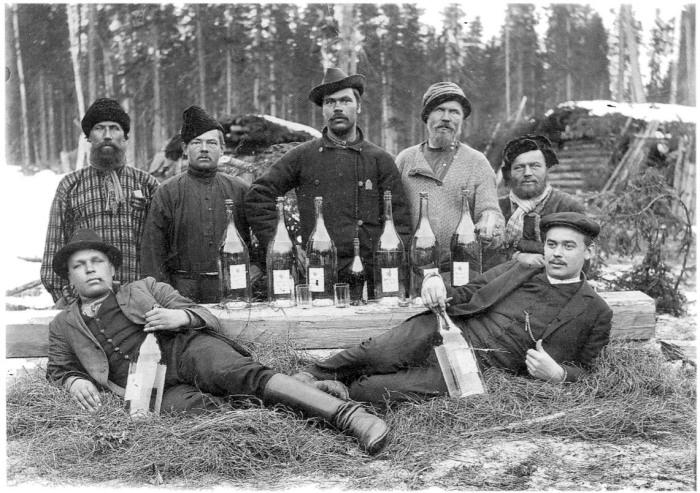 Групповой снимок лесозаготовителей. Архангельская губерния, Холмогорский уезд, 1910 год.