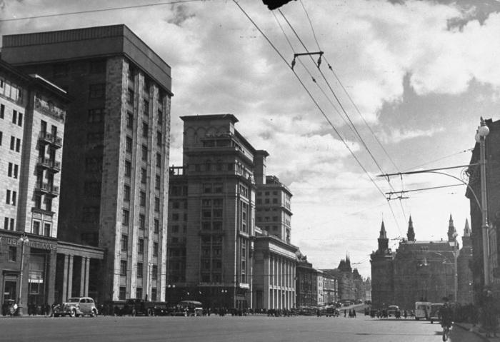 Панорама улицы и вид на здание Исторического музея. СССР, Москва, 1941 год.
