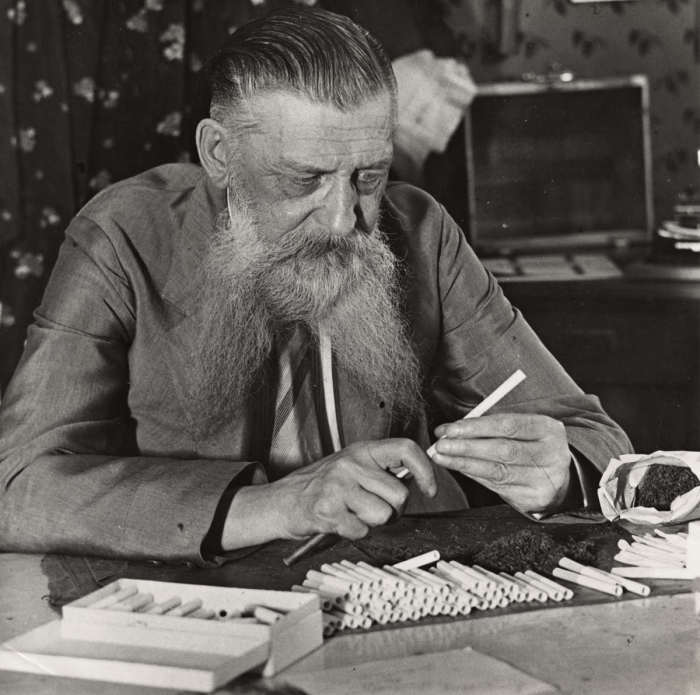 Генерал фон Фусс в эмиграции набивающий папиросы табаком. Берлин, Германия 1930 год.
