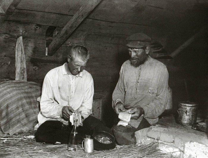 В рабочем общежитии в конце 1920-х годах.