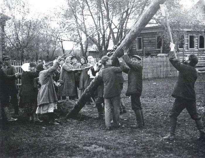 Установка опоры для линии электропередач. СССР, Ботино, 1925 год.