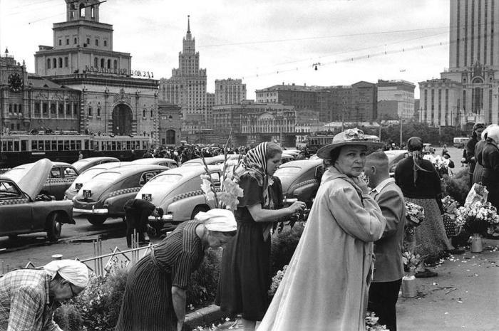 Продавцы цветов в центре города. СССР, Москва, 1954 год.