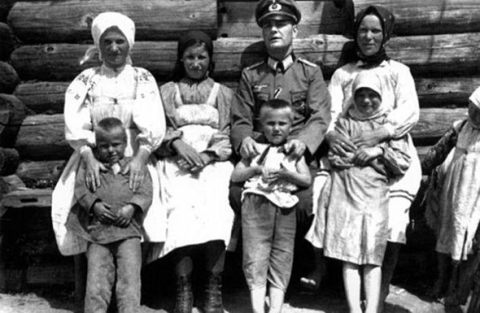 Групповой снимок с врагом. СССР, Западная Украина, 1942 год.