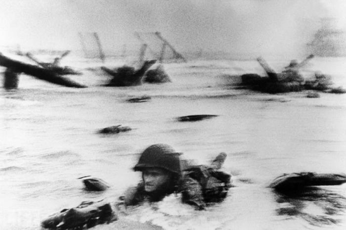 Момент высадки американской армии на Омаха-бич в Нормандии 6 июня 1944 года.