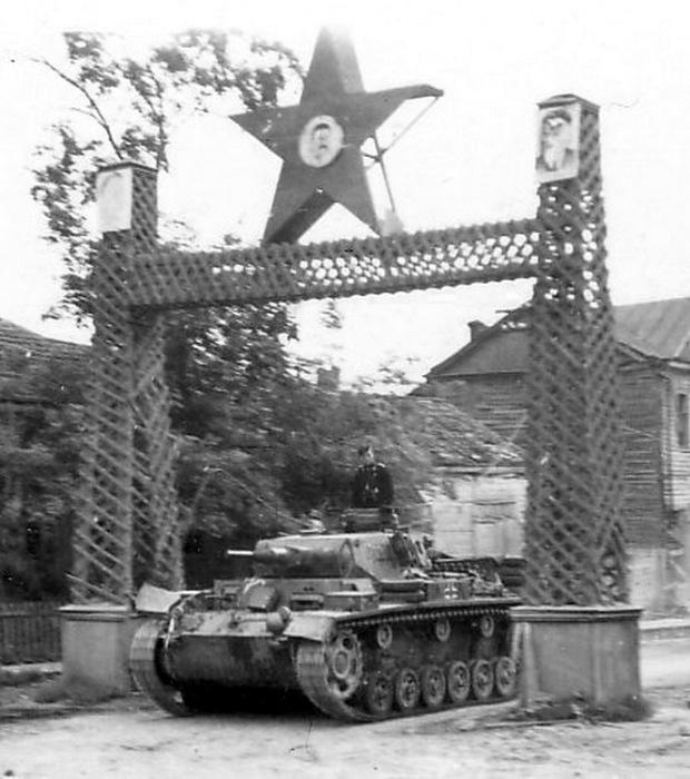 Немецкие танки занимают село, предположительно на территории Западной Украины в 1941 году.