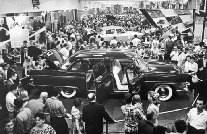 Автомобиль «Чайка» на советской выставке в Нью-Йорке в 1957 году.