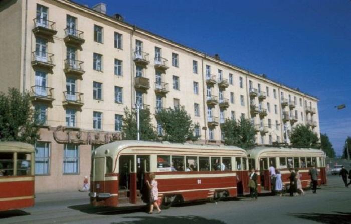 Остановка трамвая на перекрестке Ленина и Тимирязева. Фото Харрисона Формана. СССР, Иркутск, 1964 год.
