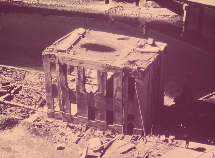 Разрушенное в результате атомной бомбардировки здание на набережной Хиросимы в 1945 году.