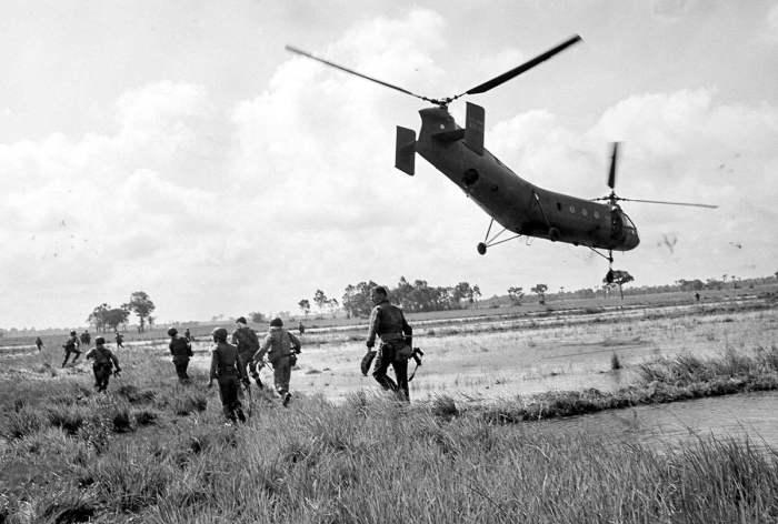 Южновьетнамские десантники в сопровождении 12 американских спецназовцев высаживаются с вертолетов с целью осуществления неожиданного налета на базу снабжения армии Северного Вьетнама в 62 км к северо-западу от Сайгона, 6 августа 1963 года.