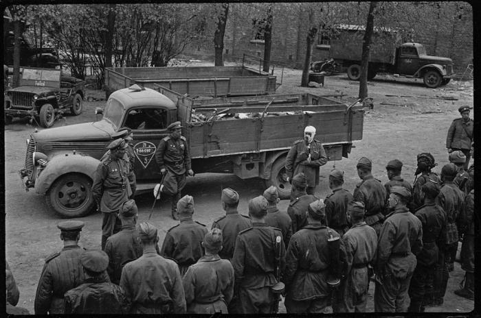 Проводы погибших солдат и офицеров. Восточная Германия, апрель, 1945 год.