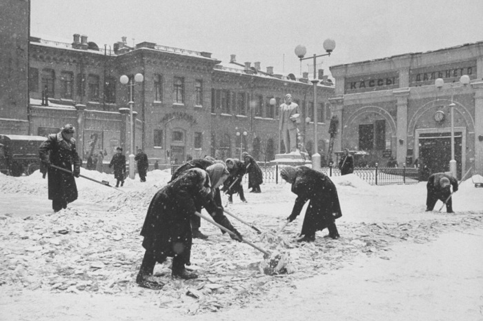 Расчистка снега на привокзальной территории.