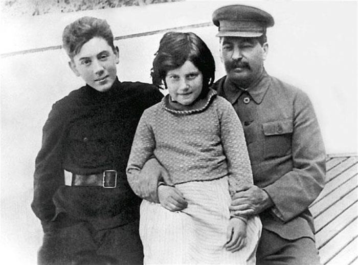 Иосиф Виссарионович Сталин с сыном Василием и дочерью Светланой.