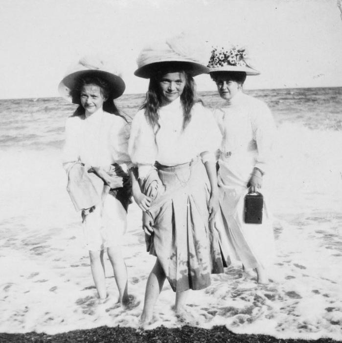 Близкий друг семьи Романовых, гуляет по пляжу в обществе дочерей императора, великих княжон Татьяны и Ольги.