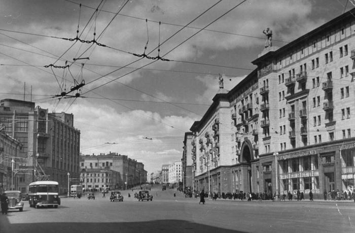 Едущие от Красной площади машины по улице Горького. СССР, Москва, 1941 год.