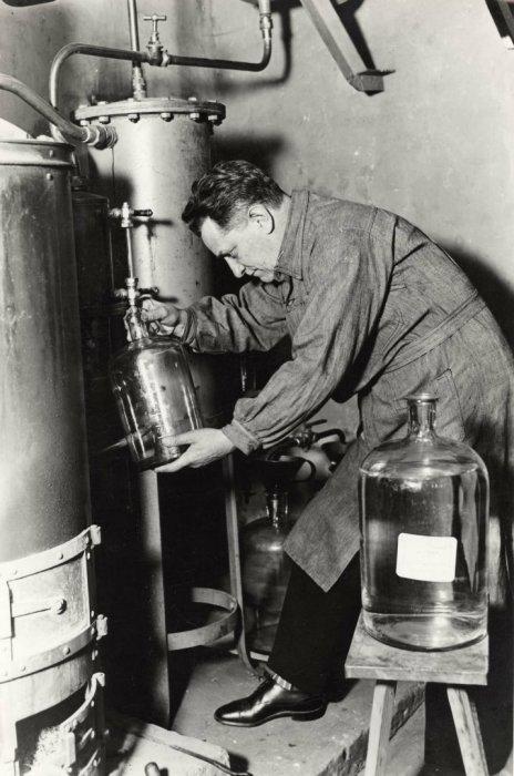 Алекс Авалов, бывший крупный помещик и профессор химии в Санкт-Петербурге, в эмиграции занимающийся производством крепких алкогольных напитков. Германия, Берлин, 1930 годы.