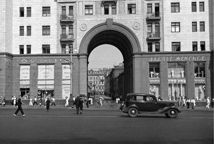 Арка Георгиевского переулка со стороны улицы Горького. СССР, 1939 год.