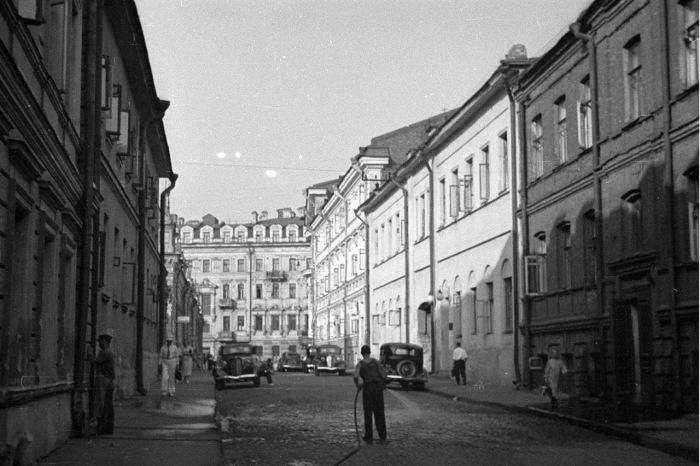 Поливка брусчатки на Георгиевском переулке. СССР, 1939 год.