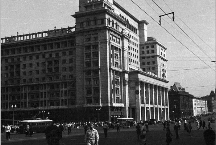 Оживленная улица. СССР, Москва, 1939 год.