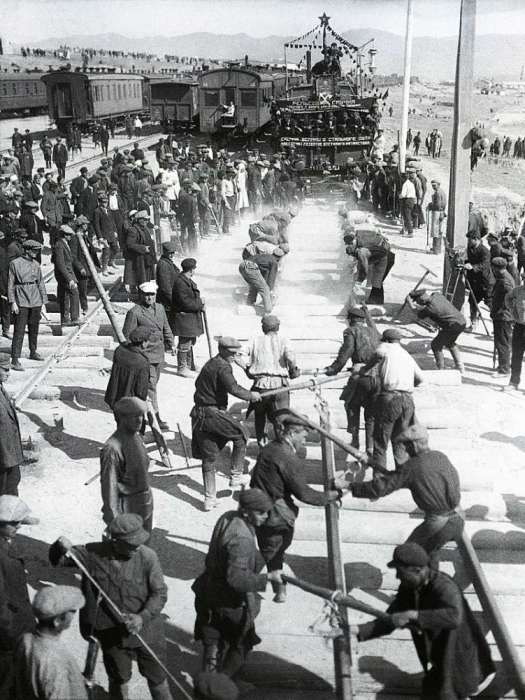 Укладка рельсов по шпалам. СССР, 28 апреля 1930 год.