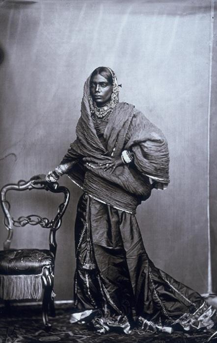 Одна из женщин из придворного гарема махараджи. Джайпур, примерно 1857 год. .