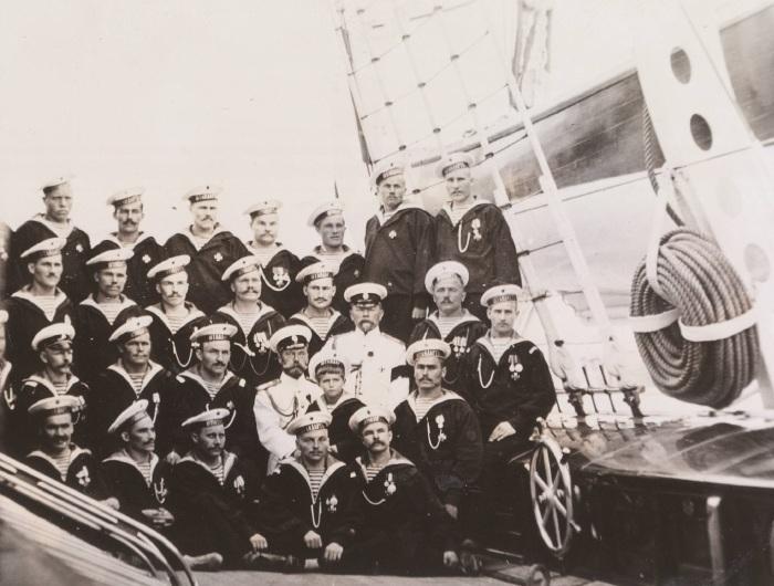Император Николай II и цесаревич Алексей с экипажем Императорской яхты.