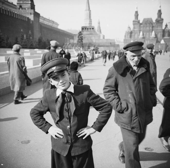 Такую школьную форму ввели еще в 1948 году. Для мальчиков это был полувоенный шерстяной френч со стойкой воротничком, широкие брюки и обязательные фуражка и галстук для пионеров. До 1954 года в советских школах было раздельное образование: классы для девочек и классы для мальчиков.