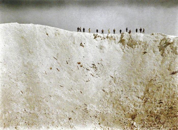 Огромная воронка образовавшаяся в результате мощного взрыва 19 мин установленных под немецкими позициями вблизи Мессинес в Западной Фландрии в 1917 года