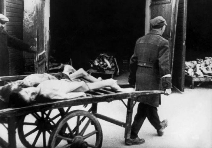 Тела умерших евреев массово сжигались в глубоких ямах или специальных крематориях.