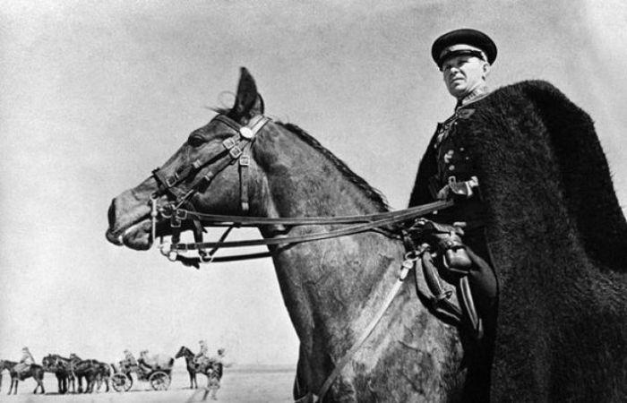 Командир казаков наблюдает за своими войсками. Украина, 1942 год.