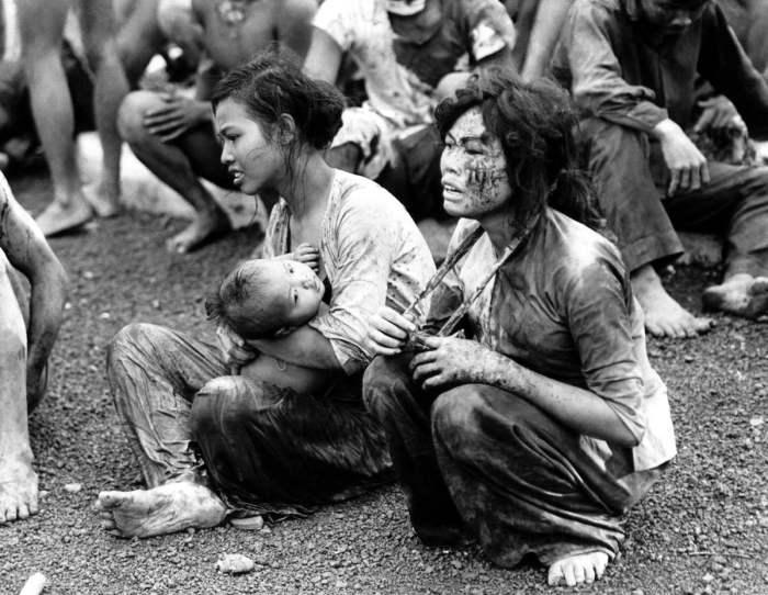 Изнеможённые мирные люди, которые вышли из своих подземных укрытий после двухдневной бомбардировки и изнурительных боёв в окрестностях города Dong Xoai, 6 июня 1965 года.