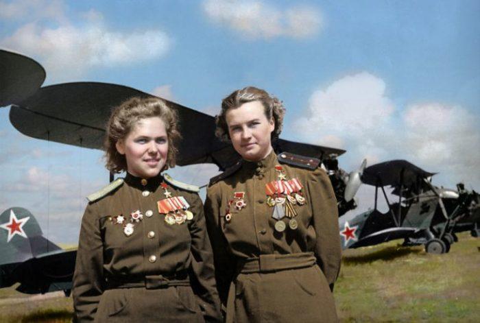 Советские летчицы из женского 46-го гвардейского ночного бомбардировочного авиаполка.