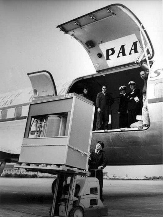Команда технического обслуживания загружает пять мегабайт в самолёт Pan American в 1956 году.