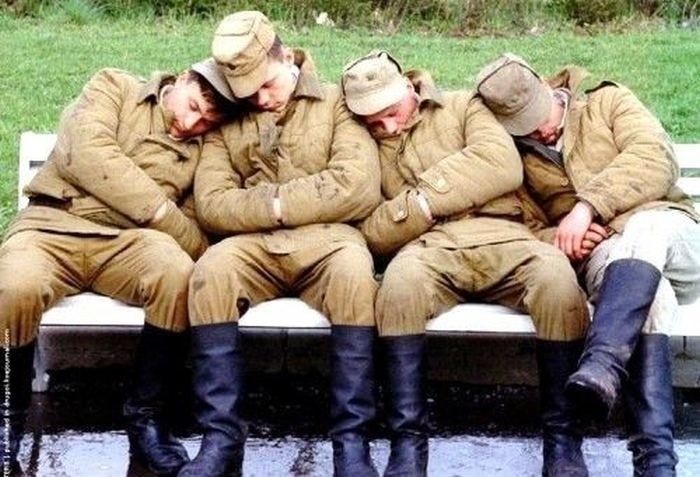 Спящие на улице военнослужащие.