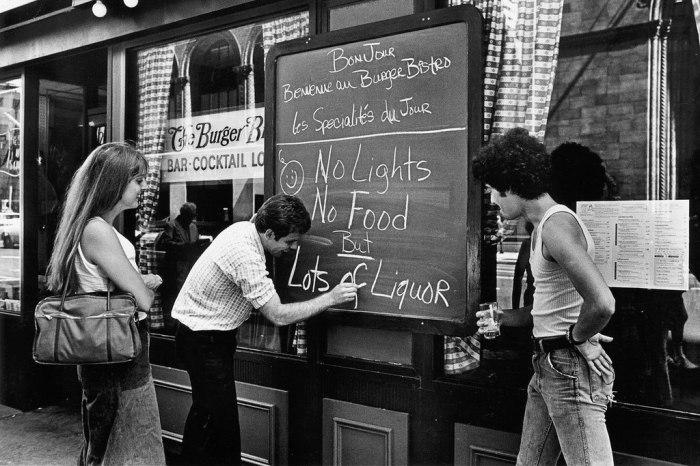"""Вывеска в баре во время отключения света: """"Света нет, еды нет, но есть много крепкого алкоголя"""". США, Нью-Йорк, 1977 год."""